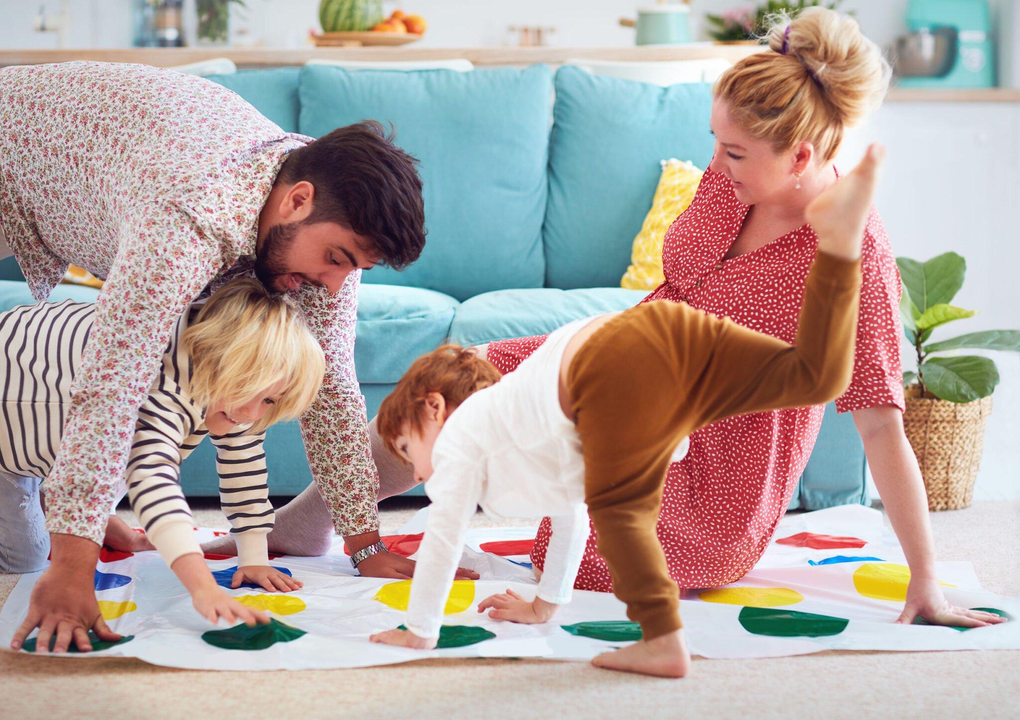 Samen spelen door kinderen (broer en zus) van verschillende leeftijden - Mamaliefde.nl