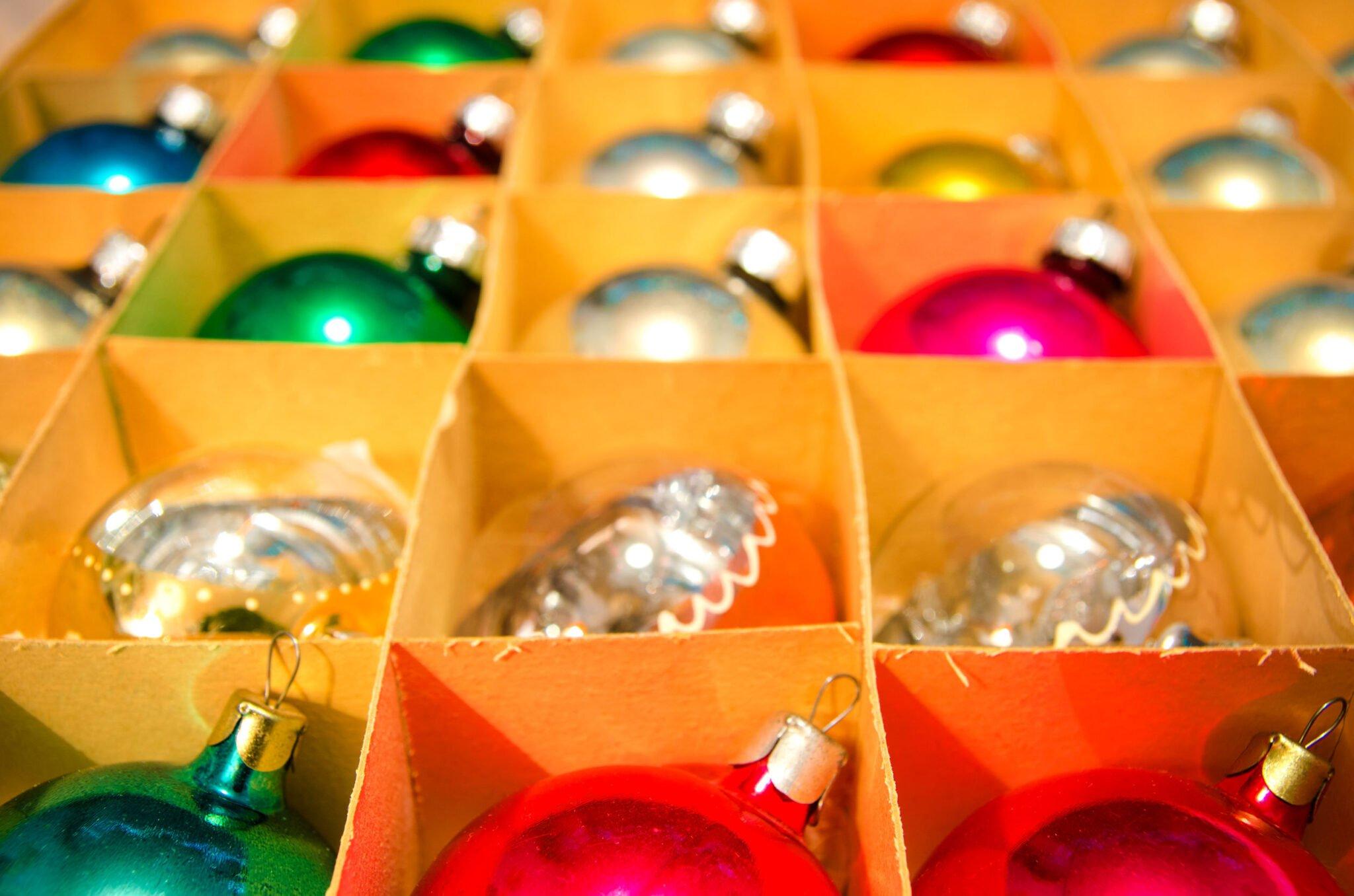 Kerstspullen organiseren; kerstverlichting handig opbergen & opbergbox voor kerstballen - Mamaliefde.nl