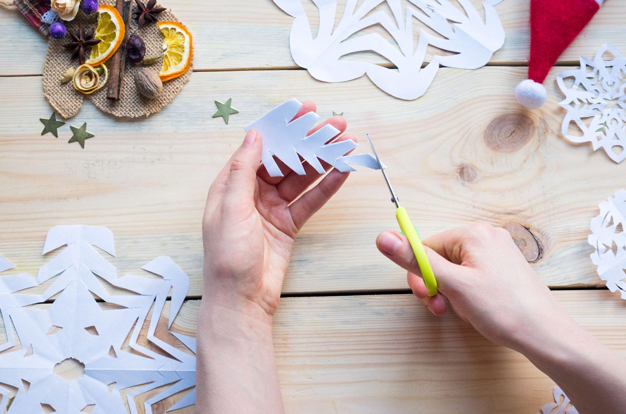 Winter knutselen; thema peuters, kleuters en baby's met knutselwerkjes voorbeelden en ideeën zoals sneeuwvlokken - Mamaliefde.nl