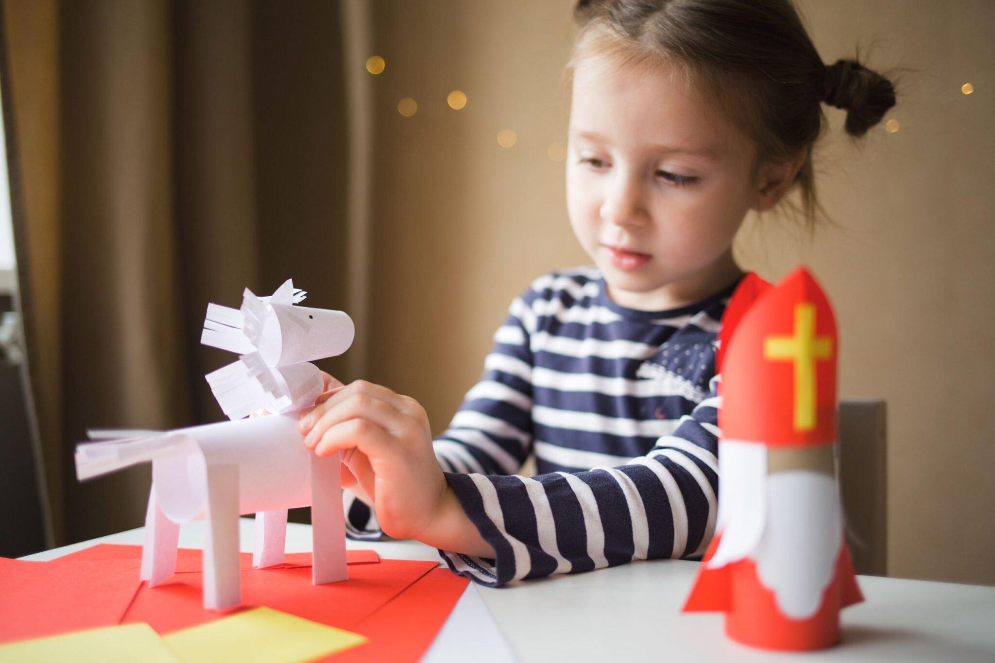 Sinterklaas knutselen met peuters, kleuters en kinderen de leukste ideeën en voorbeelden en volwassenen . Van pieten tot Sint, open haard, stoomboot en meer. - mamaliefde.nl