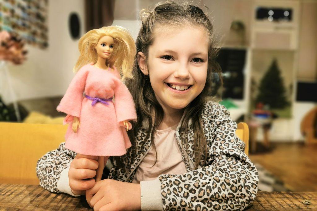 DIY; Zelf een barbie jurk maken / naaien van vilt met je kind - Mamaliefde.nl